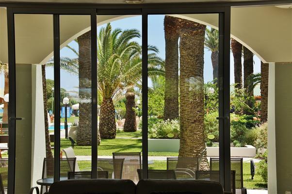 the-magic-ambience-of-indoor-outdoor-garden-living